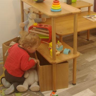 Meuble enfant en bois massif avec rangements et table d'activité