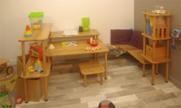 Meuble enfant en bois massif avec espaces jeux, lecture et activités manuelles